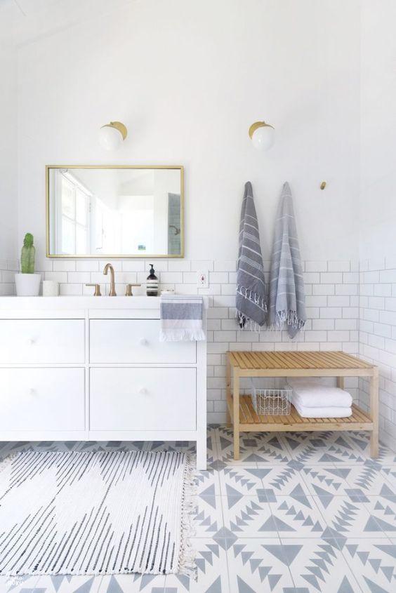 2. Балансирайте със сиво по пода или по стените. Белите цветове ще ви помогнат да направите стаята визуално по-голяма, а по-тъмните нюанси могат да се използват като акцент.