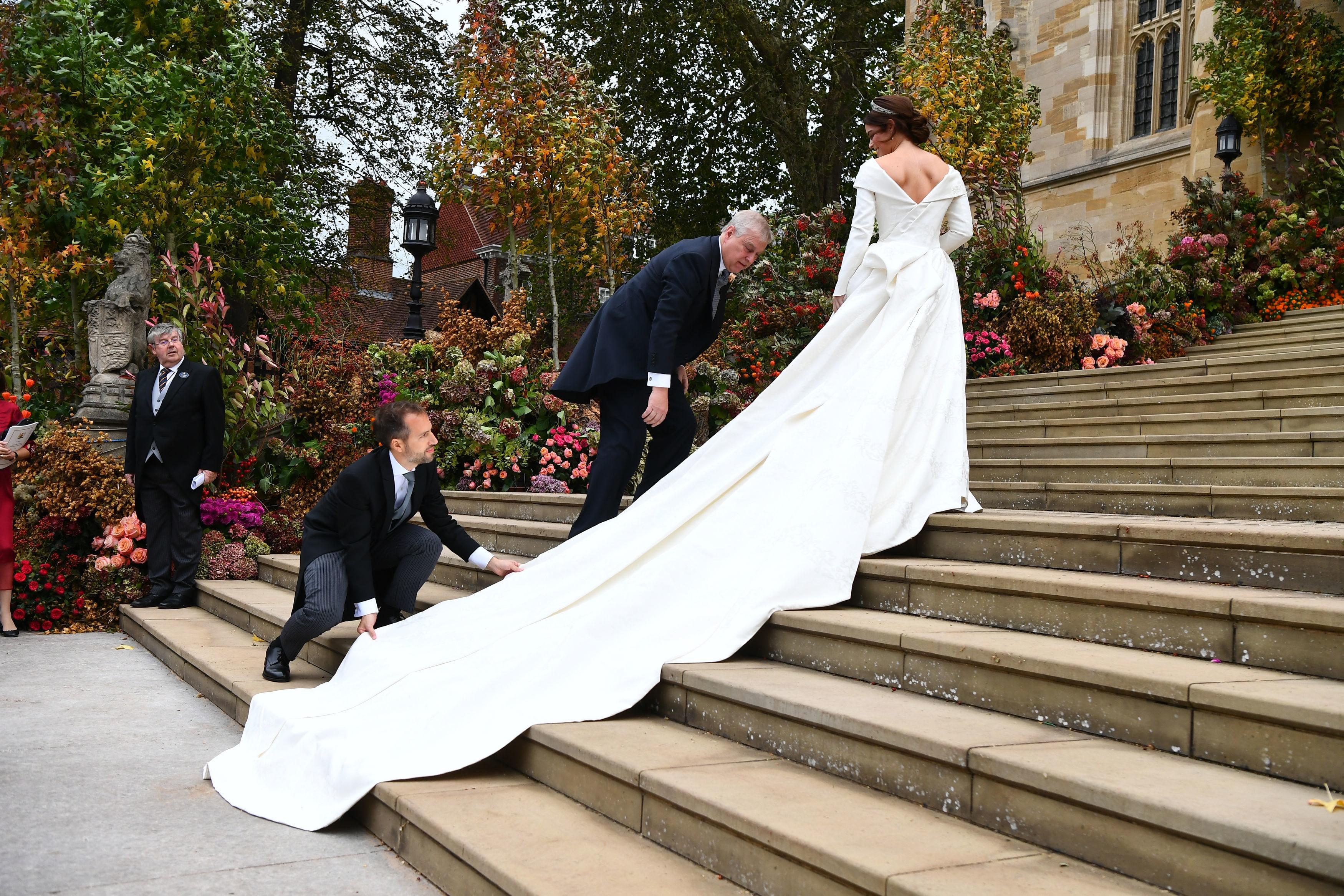 2. Тази година кралското семейство организира не една, а две сватби. В началото на октомври внучката на кралица Елизабет II принцеса Юджини се омъжи за Джак Бруксбанк.Принцеса Юджини носи бяла рокля с деколте и шлейф, тиара със зелени камъни и обеци в тон, но без воал.