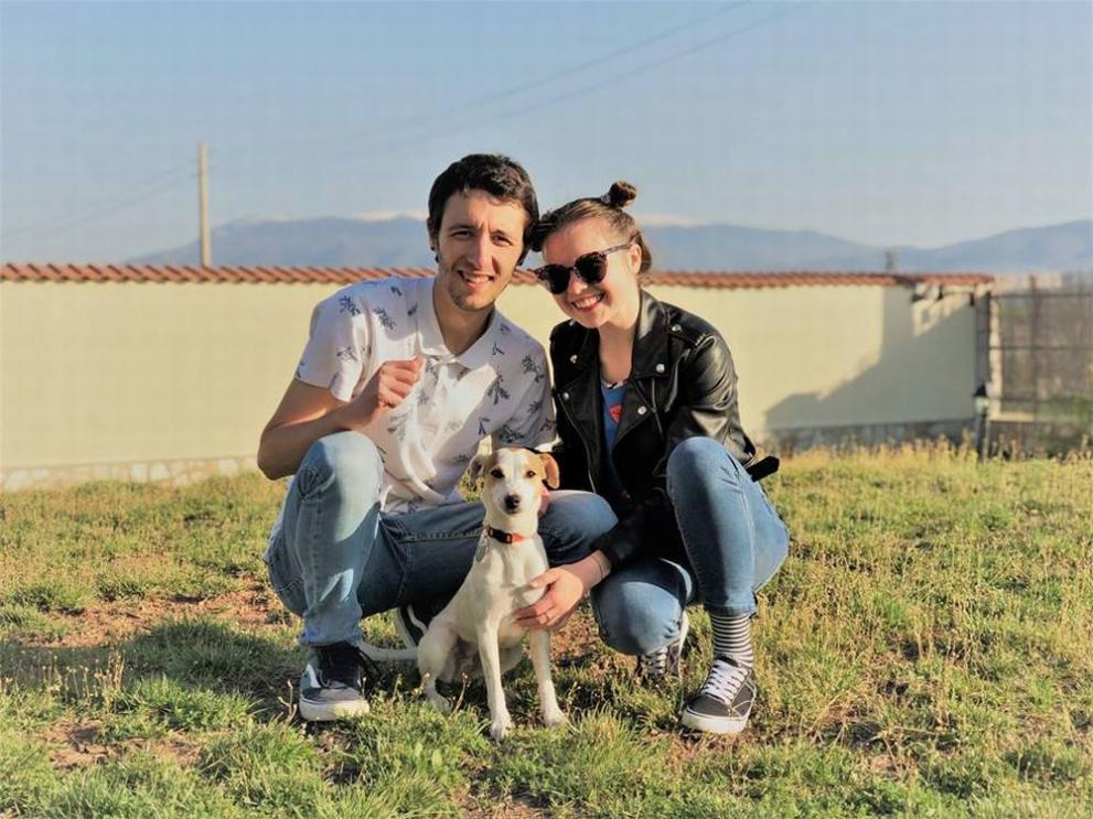 Кристина Топалова с годеника си и кучето им Мици