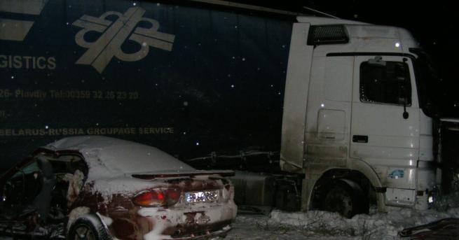 Двама души загинаха, а трима са тежко ранени след катастрофа