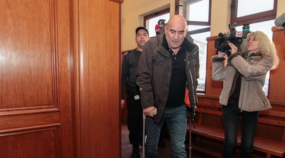 Ценко Чоков се яви пред съда с патерици, не разбира с какво е нарушил...