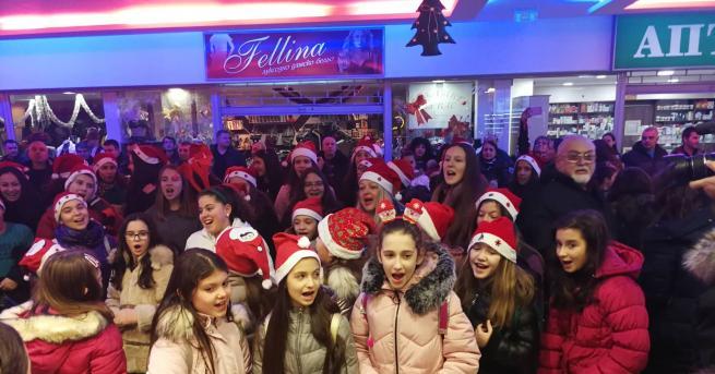 Коледен флашмоб изненада посетителите в търговския център в бившия РУМ