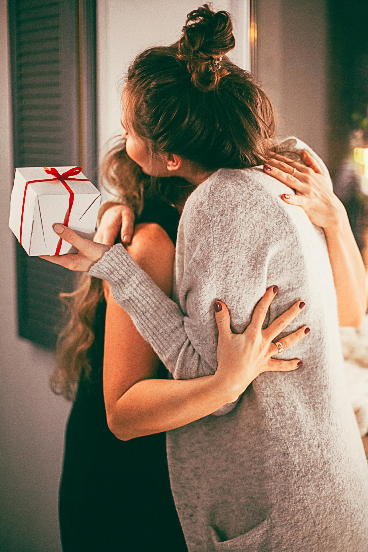 4.Здравните специалисти препоръчват по празниците да се обградим с хора, които ни носят радост, а не стрес. И докато при събирането с роднини нямаме особен избор, то може да приоритизираме срещите с приятели и познати. Подходящо е например да си направите график, към който да се придържате без да отговаряте на неочаквани покани и такива в последния момент. Това е важно, тъй като хората с депресия често изпитват умора и натовареност.