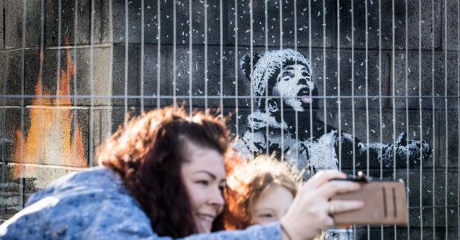 Стрийт арт художникът Банкси украси Бирмингам с коледни графити и