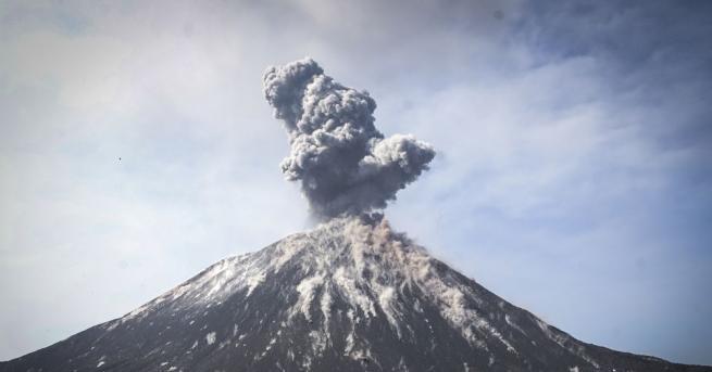 Снимка: Изригна вулкан в Южна Япония, няма данни за пострадали и разрушения
