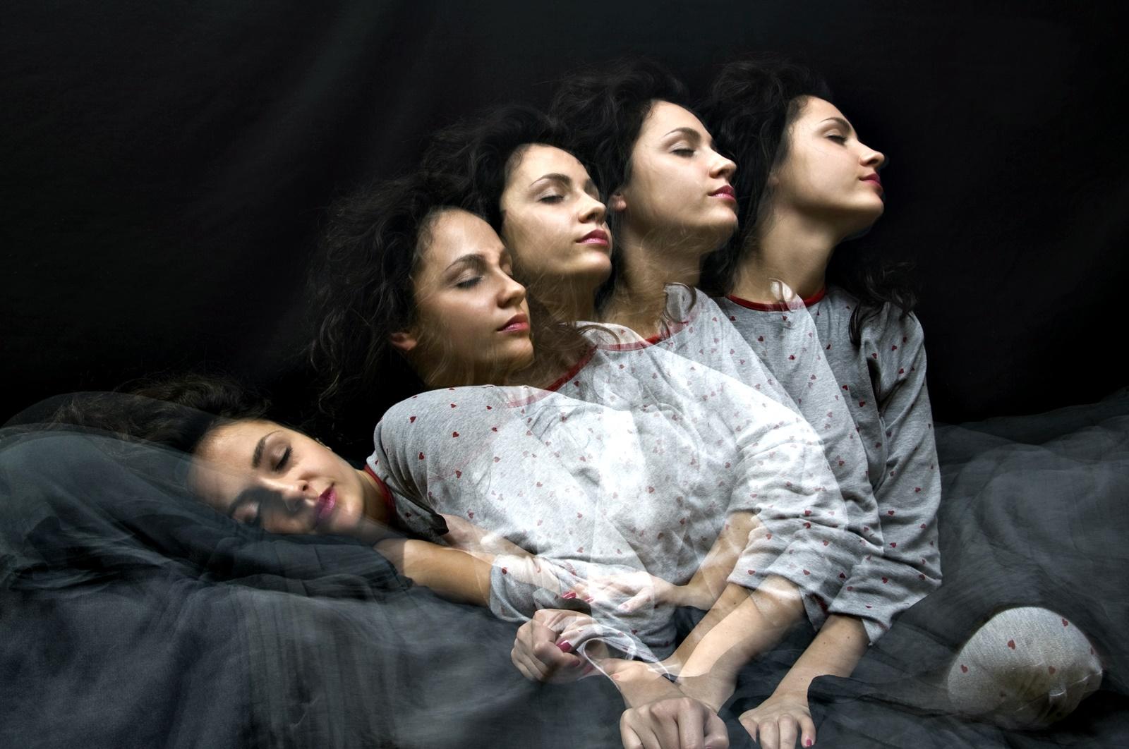 Мит 4: Не трябва да будим ходещите насън<br /> Около 7% от населението на Земята ходи насън, но науката все още не може да изясни в какво се корени сомнамбулизмът. Идеята, че не трябва да будим сомнамбулите се заражда още от древни времена, когато хората са вярвали, че докато спим, душата напуска тялото ни. Затова, ако събудим ходещ насън, той би останал без душа. С времето последствията от това, да събудим сомнамбул са се изменили и днес се вярва, че това може да им докара сърдечен удар или да ги подлуди. Учени, изследващи съня, смятат, че да събиудите човек, ходещ насън не би му навредило, но със сигурност най-доброто за него би било да го откарате обратно в леглото му, защото може да се нарани.