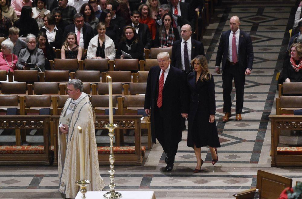 Доналд Тръмп и Мелания присъстваха на рождествена литургия в Националната катедрала във Вашингтон