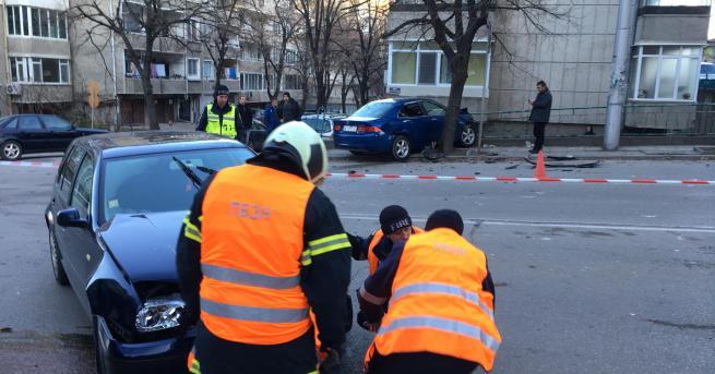 Катастрофа затруднява движението по ул. Алеко Константинов. Ударили са се