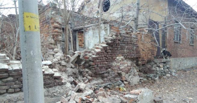Снимка: Падна част от стената на бившия КЕЧ в Дупница