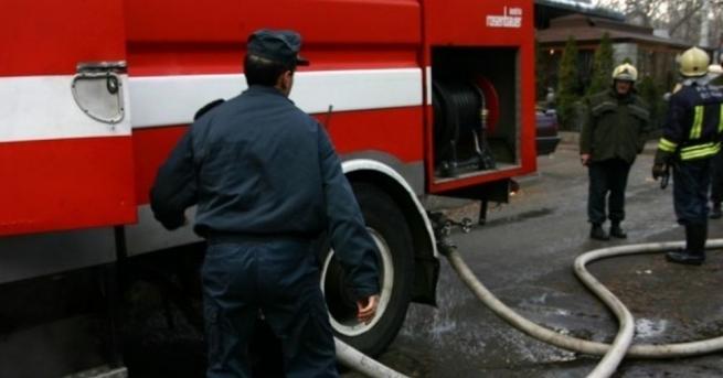 Пламъци обхванаха две къщи в центъра на Габрово.Районът е отцепен