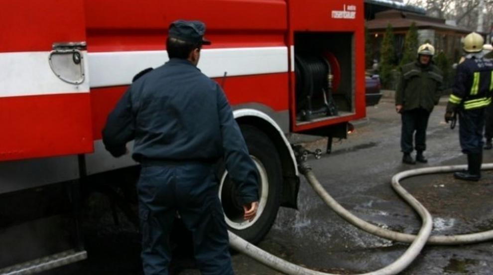 Пожар обхвана три къщи в центъра на Габрово (ВИДЕО