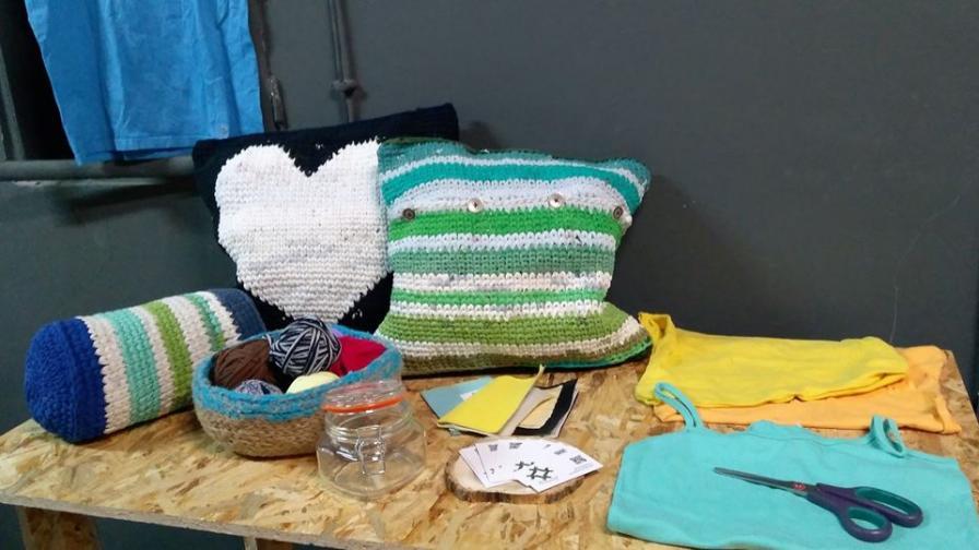 Плетчица плети с тениска текстил