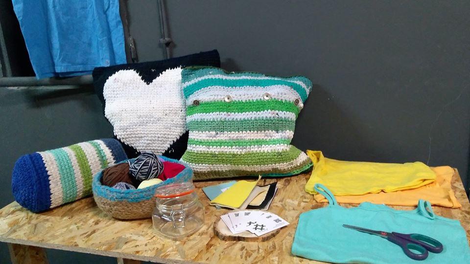 Чрез рециклираната прежда изработва чудесни и уникални интериорни решения като пуфове, възглавници, килимчета и много други.