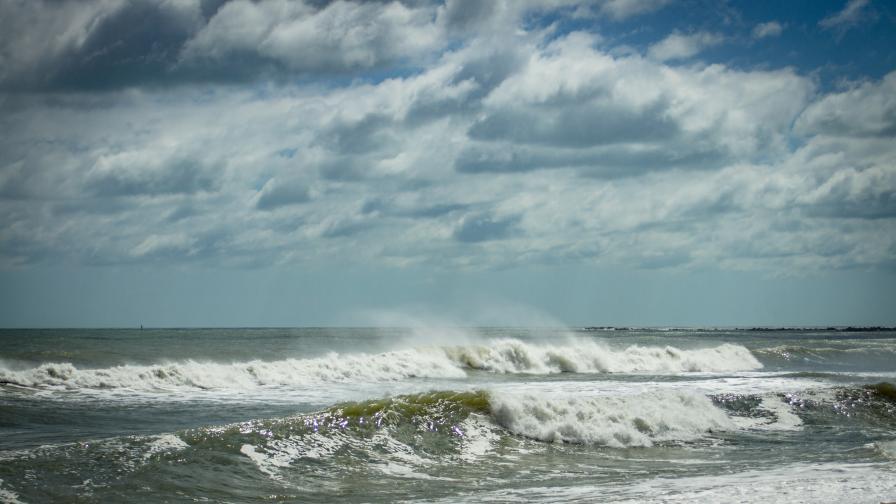 9-метрова вълна изхвърли двама български моряци зад борда