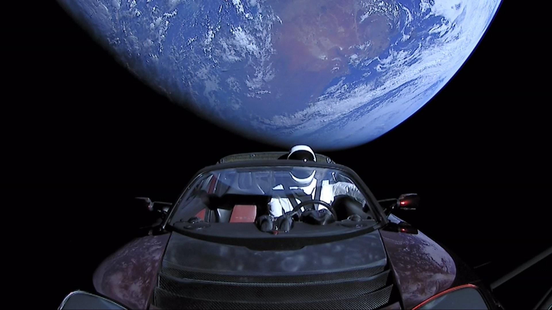 Колата на Илон Мъск Tesla Roadster в космоса, след като бе изсреляна с ракетата SpaceX Falcon Heavy, 06 февруари 2018 г