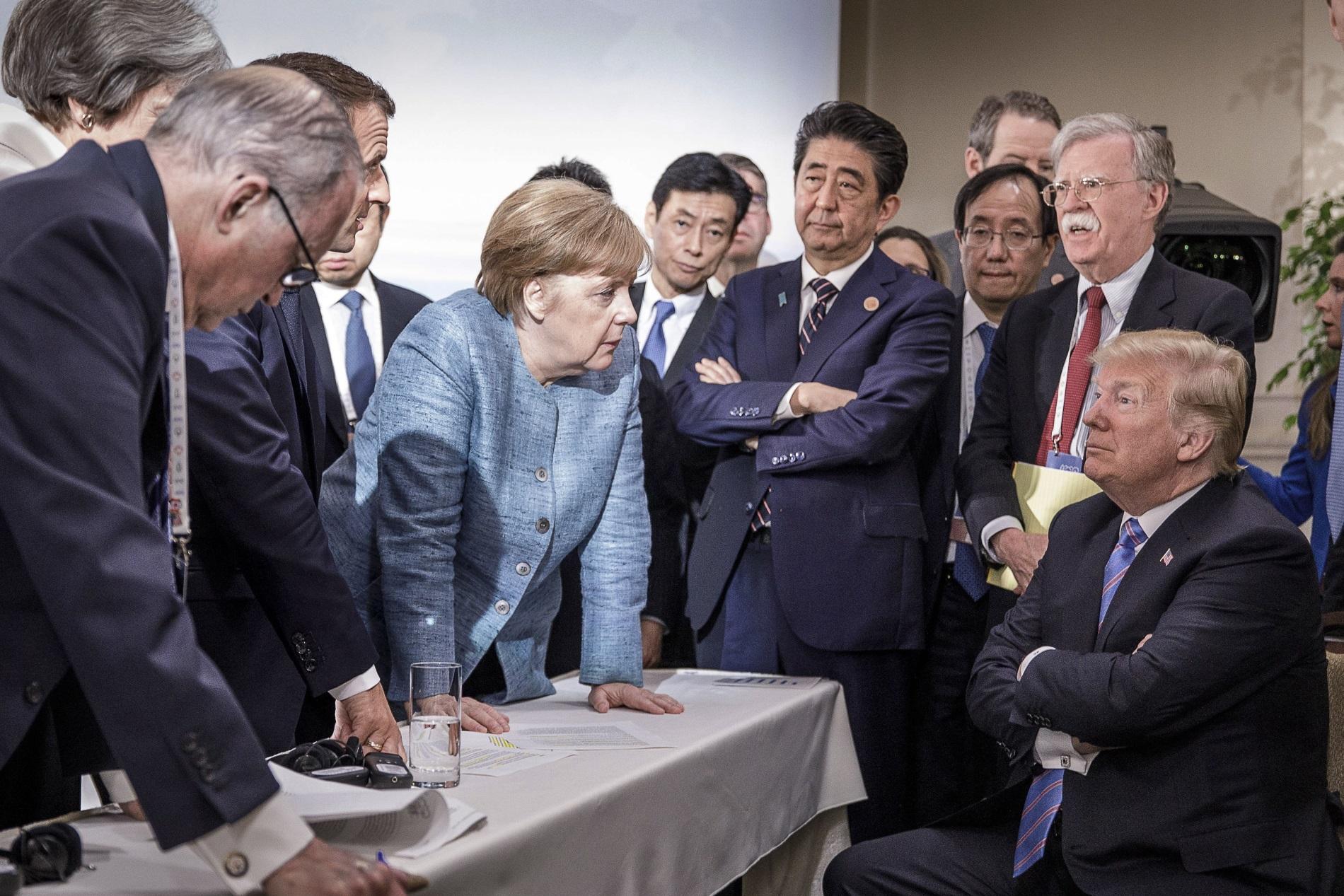 Снимката отсрещата на Г-7 в Канада,породила множество коментари - френският президент Емануел Макрон, германският канцлер Ангела Меркел, премиерът на Япония Шинзо Абе, американският президент Доналд Тръмп,9 юни 2018 г.
