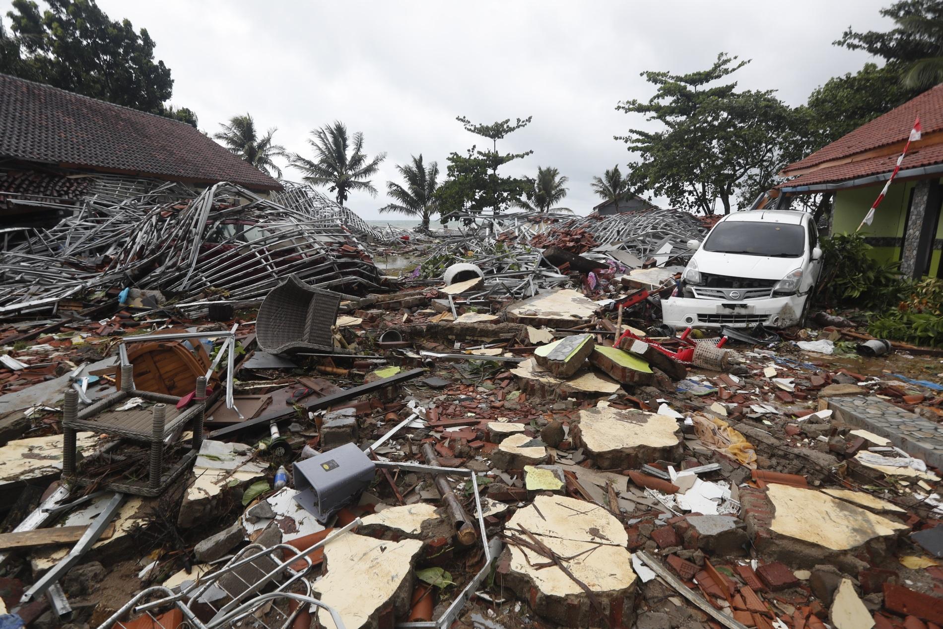 Поглед след вълната цунами, заляла индонезийския бряг на 23 декември 2018 г. По данни на властите най-малко 429 души са загинали