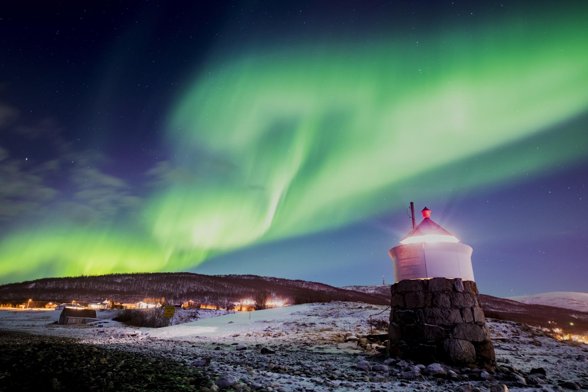 Северно сияние в небето над село в северна Норвегия, 22 февруари 2018 г.