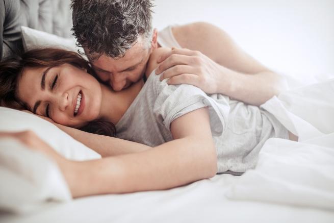 <p>Спри да се извиняваш и оправдаваш за части от тялото си, които не харесваш пред мъжете - имаш коремче или любовни дръжки, спри да го изтъкваш пред партньора си; той е с теб заради теб и най-вероятно изобщо не забелязва тези &quot;несъвършенства&quot;, които виждаш ти; ако наистина се чувстваш некомфортно от тялото си по време на секс, просто тренирай по-често, движи се повече, разхождай се и похапвай добри храни умерено.</p>