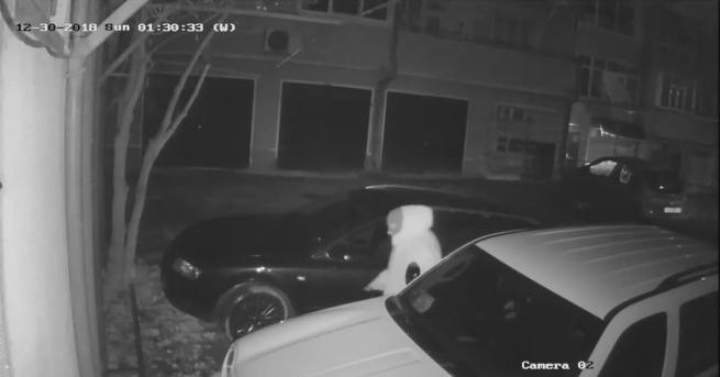Шуменец търси информация за вандал, който нарязал гумите на семейното