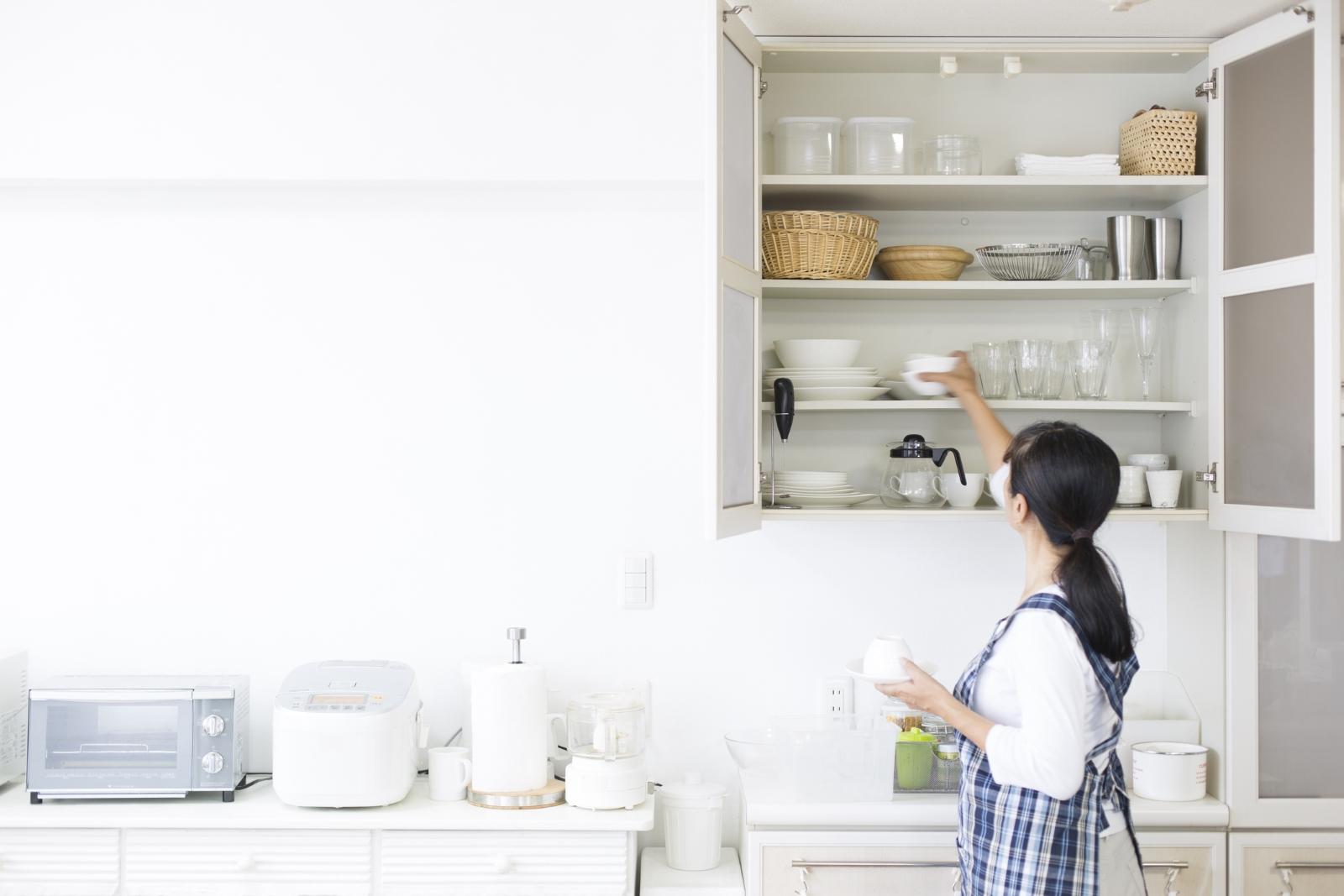 Почистете кухнята! Нищо не действа толкова терапевтично като едноосновно почистване. Прегледайте всичката храна и вижте какво ще ядете и какво - не.
