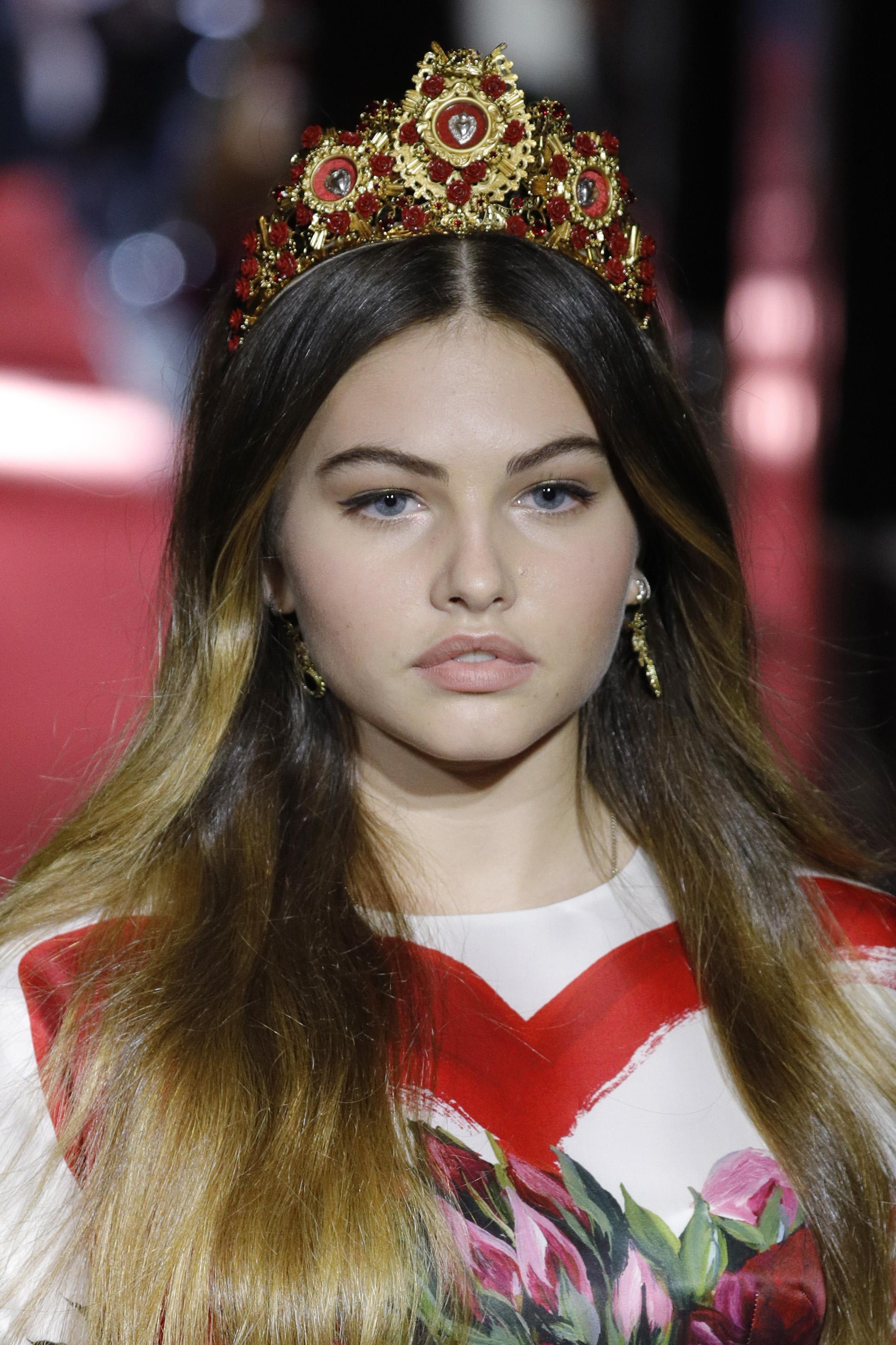 """Най-красивото момиче на света, Тилан Блондо, короновано на 6-годишна възраст, отново грабна титлата, 11 години по-късно. Французойката Тилан с изненада узна, че и на 17-годишна възраст е спечелила короната. Тя е дъщеря на футболиста Патрик Блондо и на дизайнерката Вероника Лубиан. Красавицата в момента е модел, лансирала е собствена модна линия - """"Хевън мей клотинг"""" . Блондо е дефилирала на модния подиум за дизайнерите Жан-Пол Готие, Долче и Габана"""