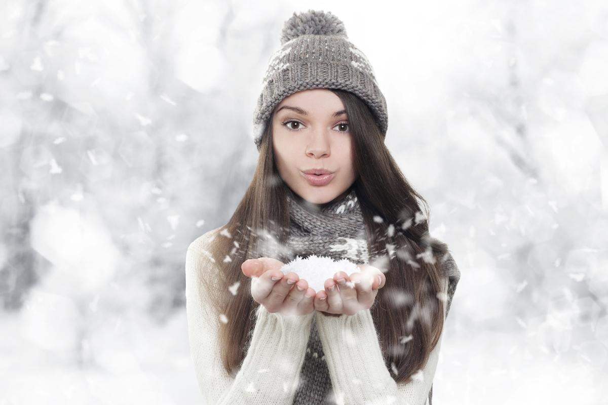 Избора ни на шапки, шалове и качулки може да навреди повече, отколкото предполагаме. Докато ни топлят, те отнемат от влагата. Ключът към подготовката на косата е балсамът без измиване или спреят за защита от топлината. Специалистите препоръчват носенето на копринен шал под шапката, за да намалиш влиянието на груби материи.
