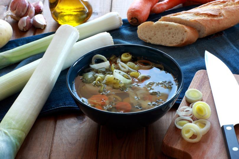 <p><strong>Просто добавете вода</strong></p>  <p>В супи, яхнии и други рецепти на течна основа само добавянето на малко вода, бульон или друга безсолна течност ще разреди концентрацията на солта. Може обаче да разводните ястието си или ще се върнете в начална позиция. За да избегнете този ефект, пригответе запръжка от масло и брашно или каша от царевично нишесте и я добавете към супата като сгъстител. Според уебсайта на Рейчъл Рей можете дори да приготвите пюре от бял ориз и вода, за да дадете на солта нещо друго, което да овкуси, без да разводнявате твърде много рецептата си.</p>