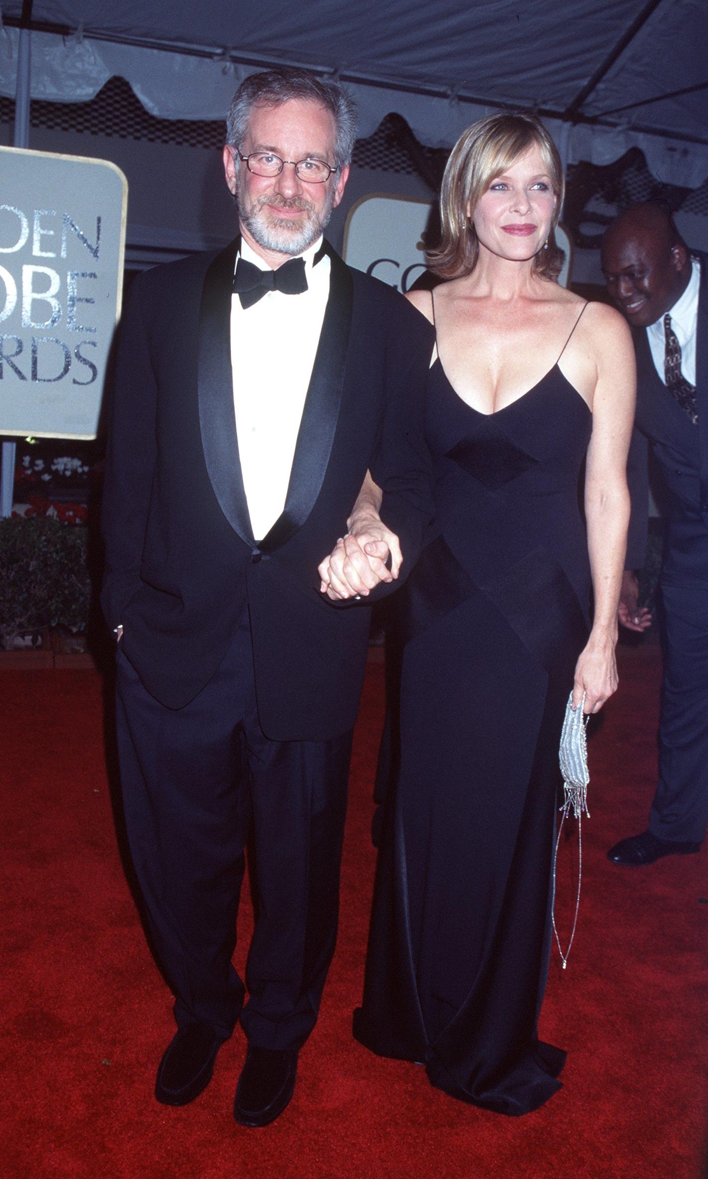 """Тази година Стивън Спилбърг грабва наградата за най-добър режисьор за филма """"Спасяването на редник Райън"""". На снимката Спилбърг е със съпругата си Кейт."""