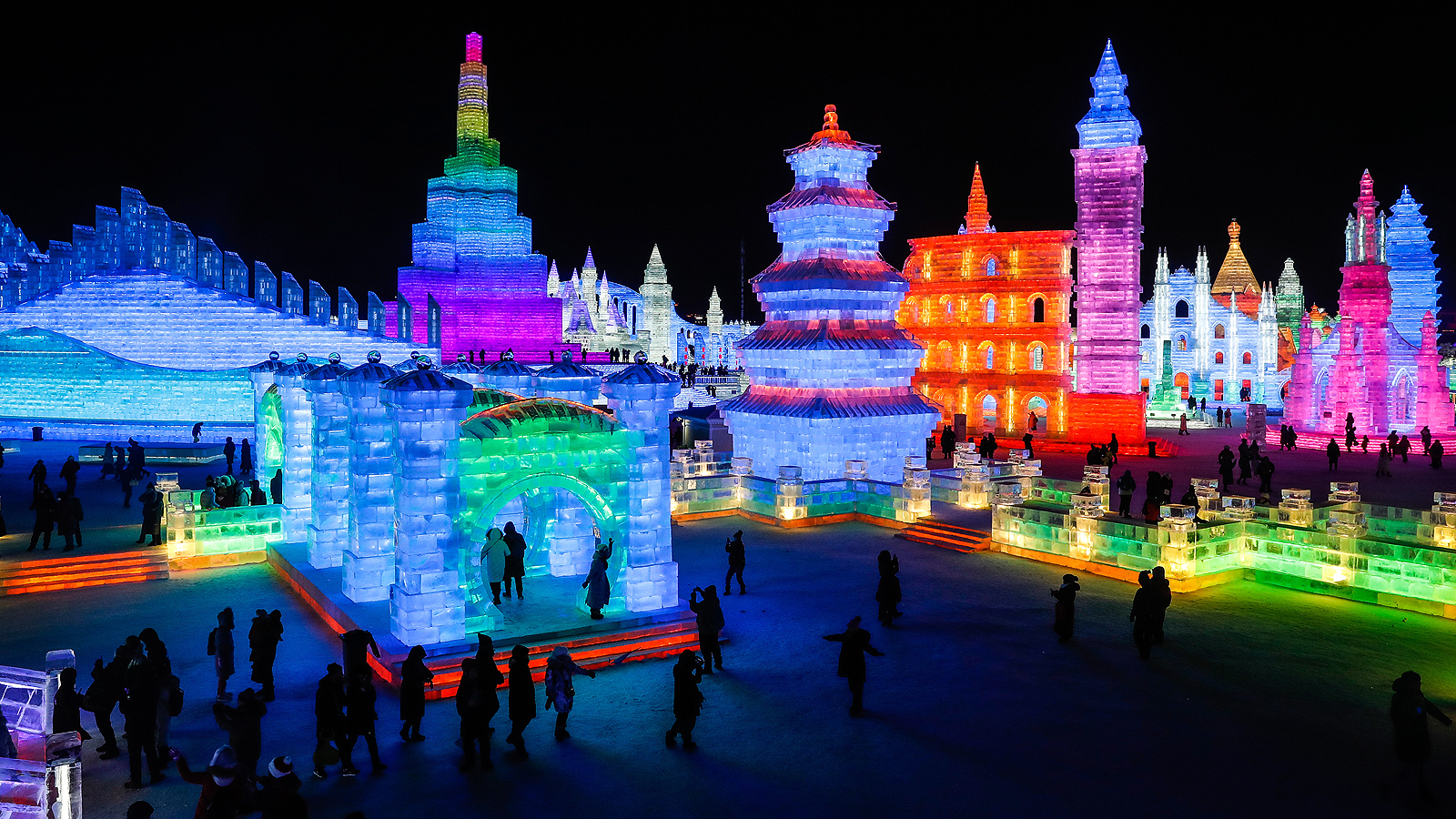 Светлините придават уникален характер на всяка ледена скулптура, а цялостния вид на създадения град прилича на магична приказка.