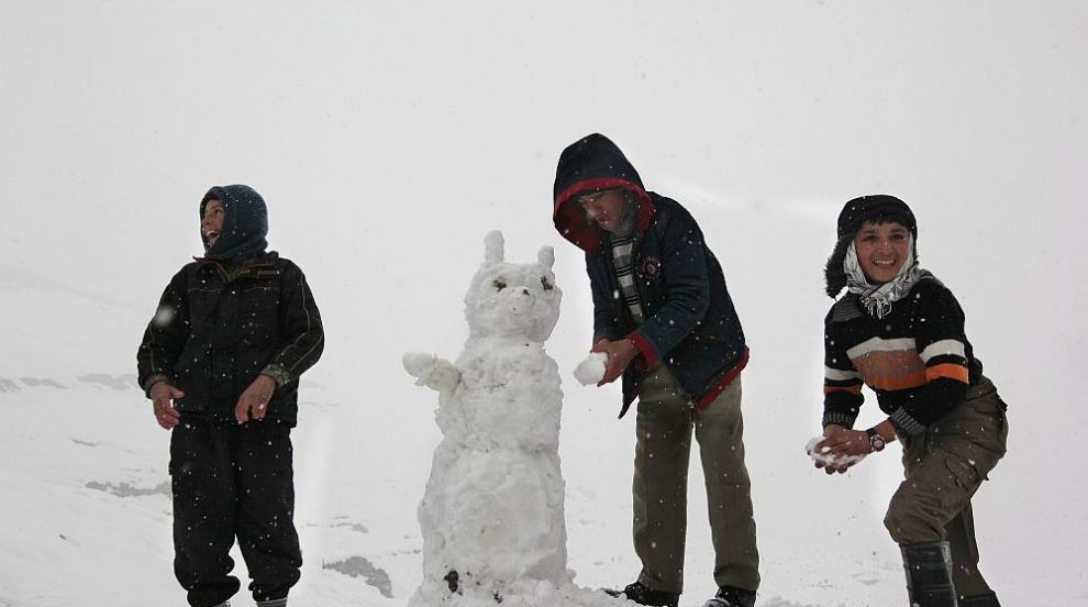 Първият сняг зарадва жителите на Кабул (СНИМКИ)