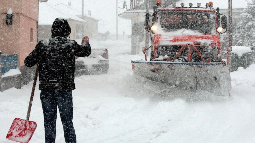 <p>Снежно бедствие в Гърция, затвориха ГКПП Кулата за камиони</p>