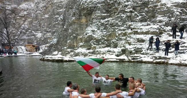 Снимка: Хора от цялото Искърско дефиле посрещнаха Йордановден в Лакатник