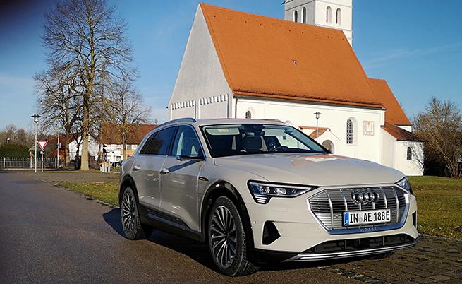 Трудно ми беше да повярвам, че в Мюнхен един модел на Audi ще предизвиква такъв интерес, но е абсолютна истина, че срещнах много любопитни погледи към e-tron от други водачи.