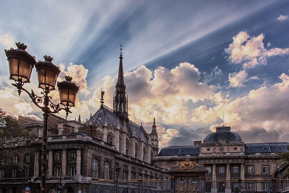 Сент Шапел е готически параклис, намиращ се на остров Ил дьо ла Сите в сърцето на Париж, Франция. Построен е по заповед на Луи IX само за 2 години и е осветен през 1248 г. Църквата е замислена като хранилище на реликви - венеца на Исус и част на кръста, на който е разпнат.