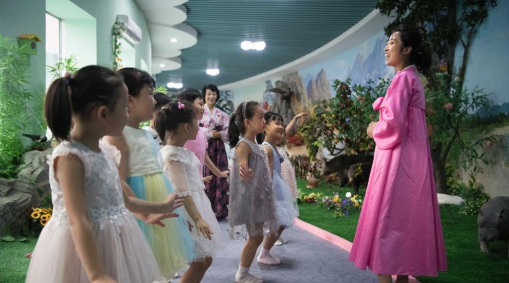 По кило лакомства за децата в Северна Корея за рождения ден на Ким