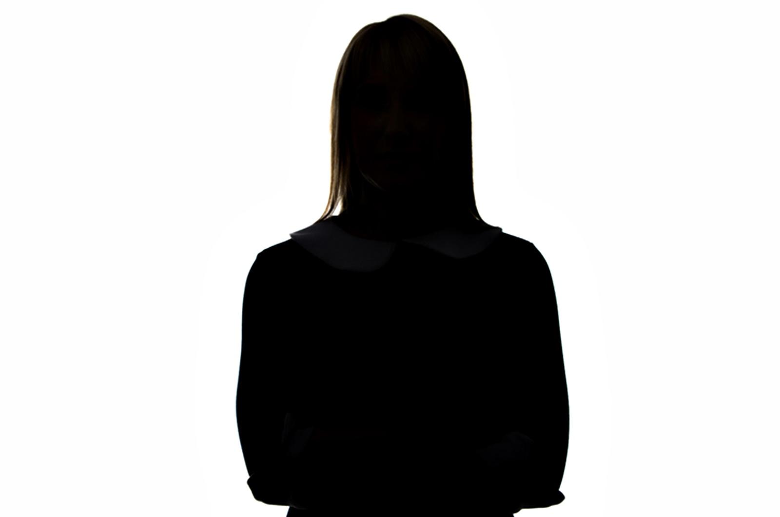 Животът на Глория Рамирез бил сравнително нормален, но странният начин, по който умира, ѝ спечелва място сред странниците, за които ви разказваме. На 19 февруари 1994 г. Глория Рамирез е приета в болница в Калифорния, с учестен пулс, ниско кръвно налягане и неспособност да формира изречения. 31-годишната жена била в напреднал стадий на рак на матката на шийката и лекарите преценяват, че влошеното ѝ състояние се дължи на това. Те полагат всички усилия, за да я спасят, но не успяват. По тялото на жената е забелязана ярка мазна течност, а от устата ѝ се разнасяла странна миризма на плодове и чесън.
