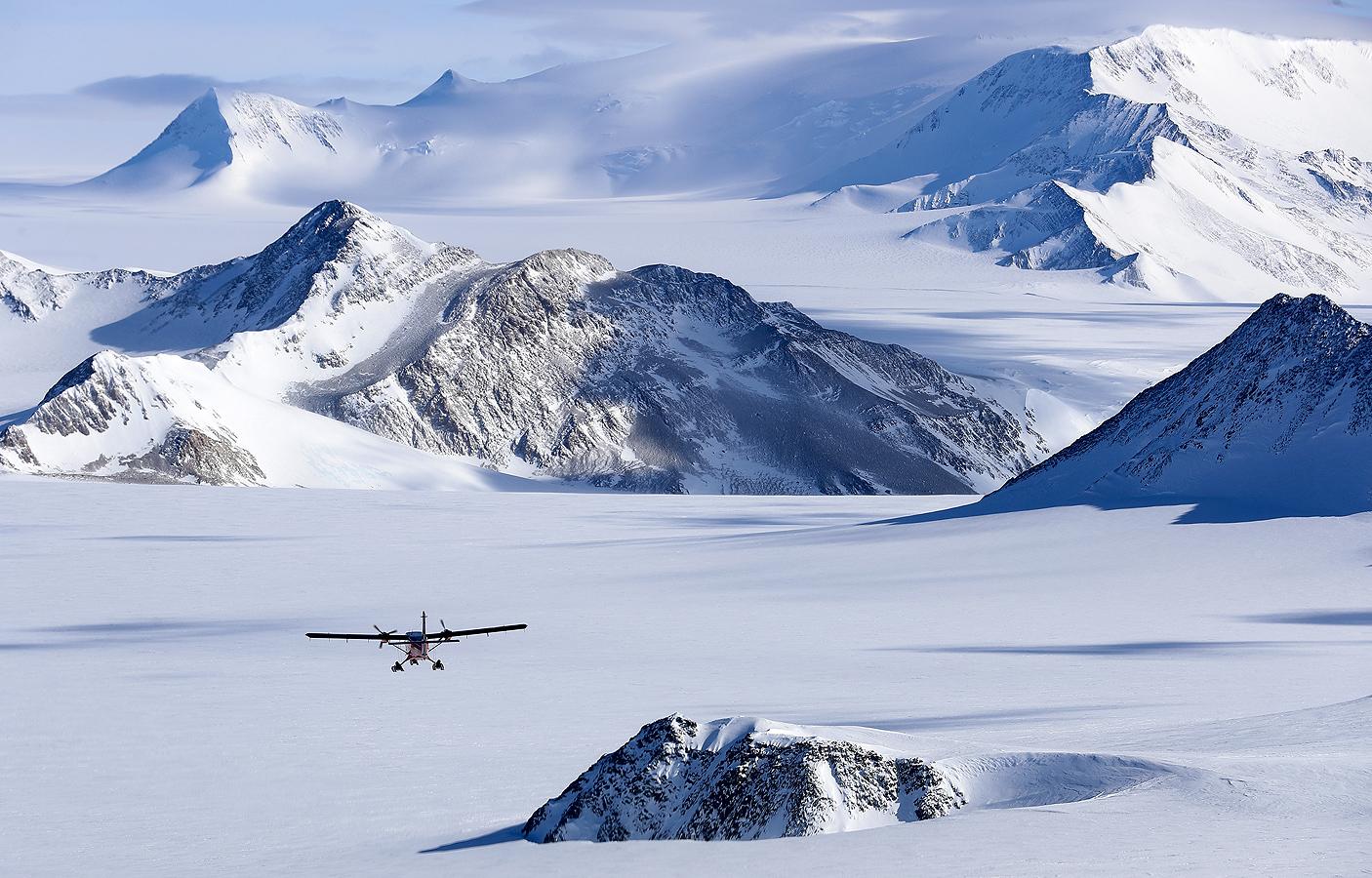 Лагерът Юнион Глетчер е чилийска полярна станция, управлявана от Чилийския антарктически институт (INACH) и три групи от въоръжените сили на Чили, които отбелязват началото на всички научни дейности, планирани в Антарктика за летния сезон.