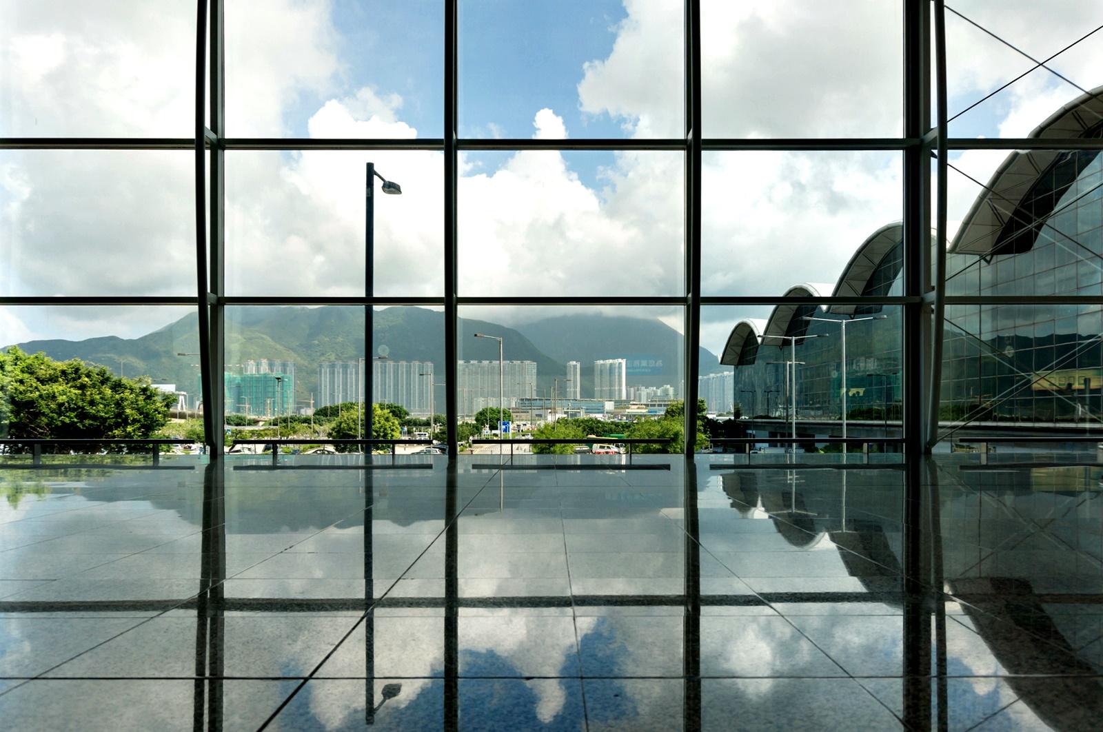 Международно летище Хонконг<br /> До 2015 г. летището Хонконг предлагаше на посетителите си огромно игрище за голф, когато беше закрито заради разширяване на хотела, обслужващ летището. Днес възможността да играете голф, докато чакате за полета си, продължаваа да съществува – на Терминал 2 на летището има Голфзона – симулатор на игрище за голф.