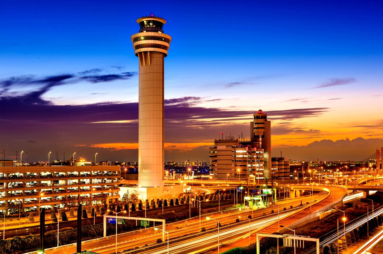 Летище Ханеда, Токио<br /> Имате няколко часа за убиване? На летището Ханеда в Токио може да обядвате в Планетарното звездно кафене, където освен на храна и кафе, може да се насладите и на звездното небе. Това е първото кафене планетариум в света, разположено на територията на летище. Ако ви се отдаде възможност, непременно се отбийте да му хвърлите един поглед, както и на красивото звездно небе.