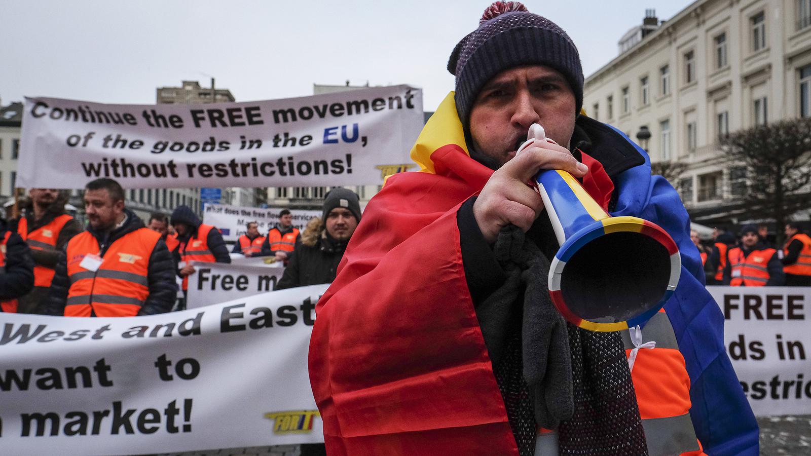 """Профсъюзни представители на транспортните сектори в източните страни протестират пред Европейския парламент в Брюксел, Белгия. Комитетът по транспорт и туризъм на Европейския парламент гласува """"Пакет за мобилност"""", който предвижда нови проекти на правилата за организиране на европейския транспортен сектор, а Полша, Румъния и България ще бъдат най-засегнатите страни с новите правила"""