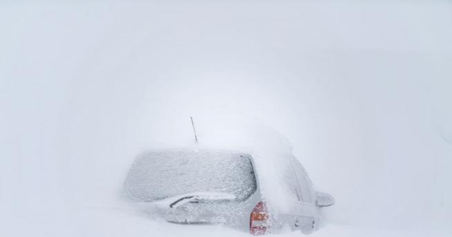 Мощна зимна буря връхлетя Северна Япония. Поради обилния снеговалеж бяха