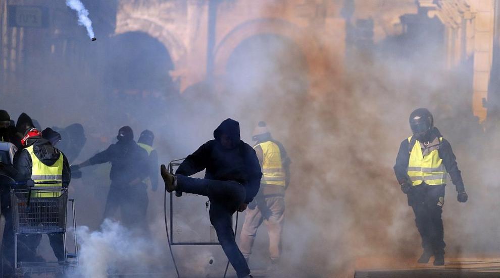 Напрежение във Франция: Гневни протести и сблъсъци (СНИМКИ/ВИДЕО)