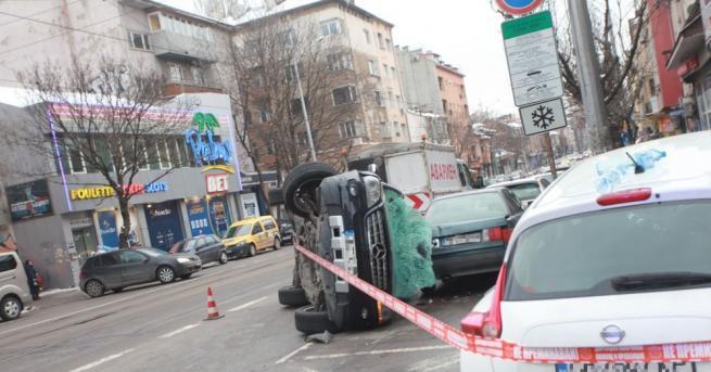 Снимка: Кола се обърна и удари паркирани автомобили