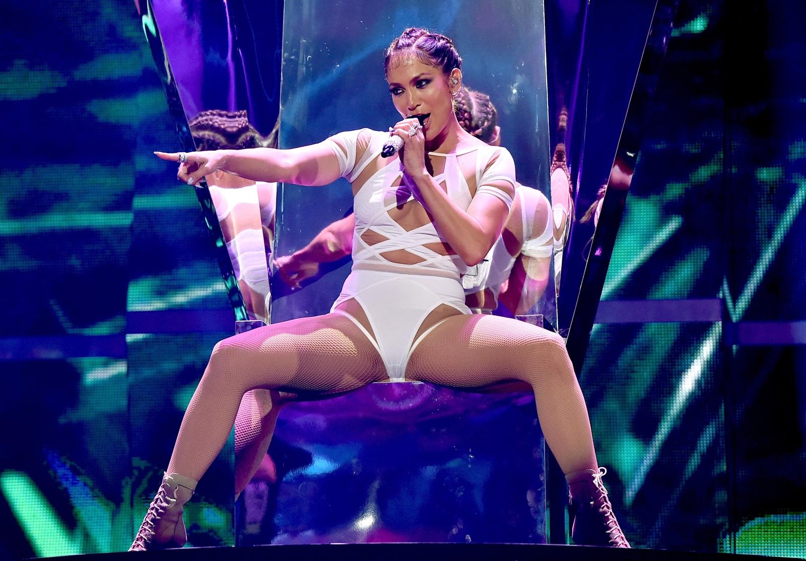 Една от най-големите изненади на 2019 е юбилеят на Дженифър Лопес. Актриса, певица, танцьорка и майка, тя е пример за това, че може да надвиеш времето. Джей Ло ще стане на 50 на 24 юли и ще пръдължава да изглежда така, както и днес - невероятно.