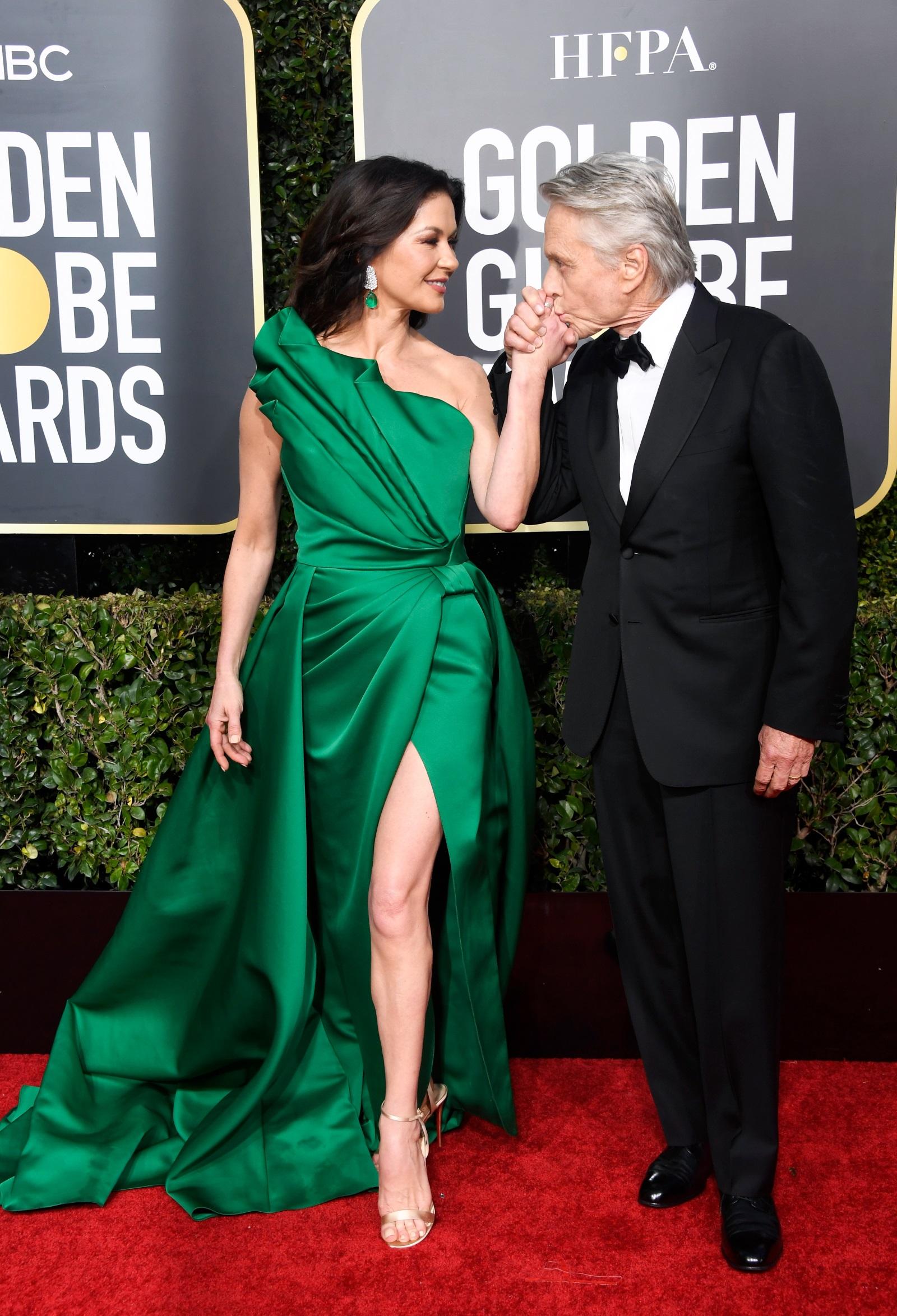 """На 25 септември Катрин Зита-Джоунс ще навърши 50 г. Последната медийна поява на актрисата беше преди седмица на наградите """"Златен глобус"""". Съпругата на Майкъл Дъглас изглеждаше зашеметяващо с рокля с едно рамо в зелен цвят и висока цепка от лявата страна."""