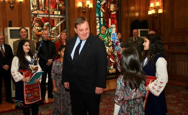 Каракачанов за интеграцията: Само с образование и труд