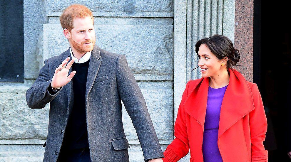 """Момиченце очарова принц Хари с табела """"Червенокоси, обединявайте се!""""..."""
