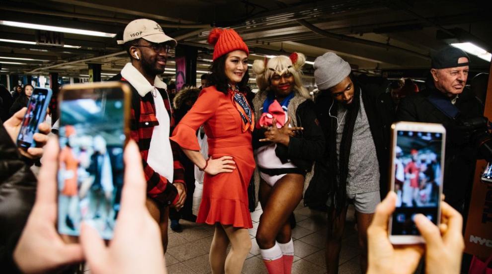 Стотици се събуха за Деня без панталони в метрото (ВИДЕО)