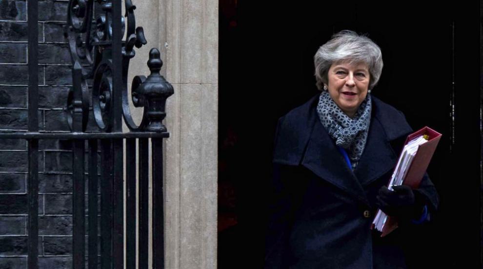 Правителството на Тереза Мей оцеля след вота на недоверие